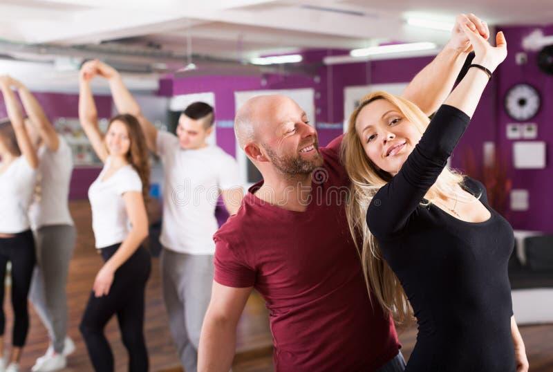 Kopplar ihop att tycka om av partnerdansen arkivbild