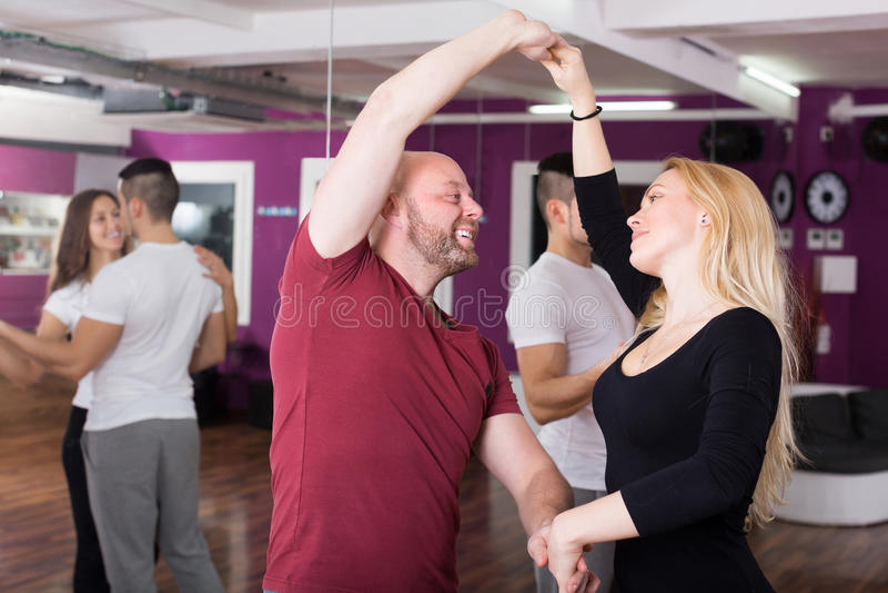 Kopplar ihop att tycka om av partnerdansen arkivbilder