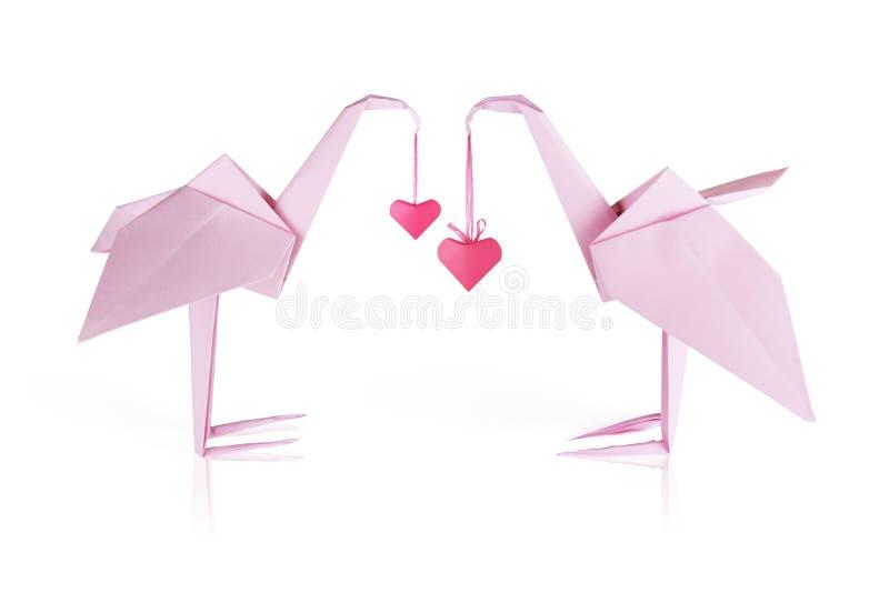 Kopplar ihop den pappers- flamingoen för Origami rosa färg arkivbild