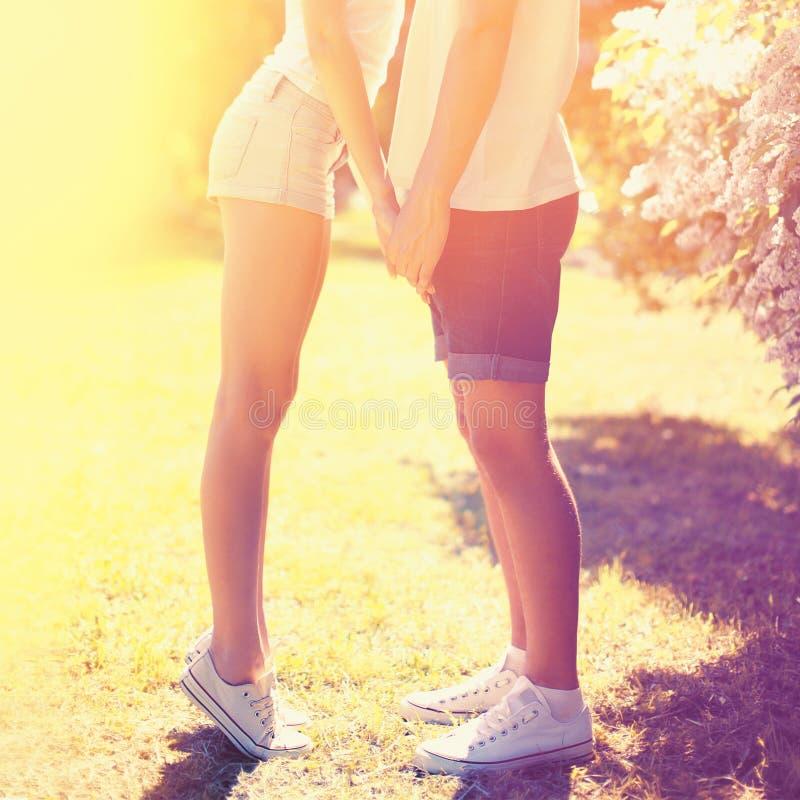 Kopplar ihop det lyckliga barnet för sommar förälskat kyssande utomhus arkivfoto