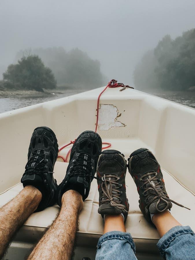 Kopplar ihop fot i ett fartyg på en dimmig morgon royaltyfri fotografi