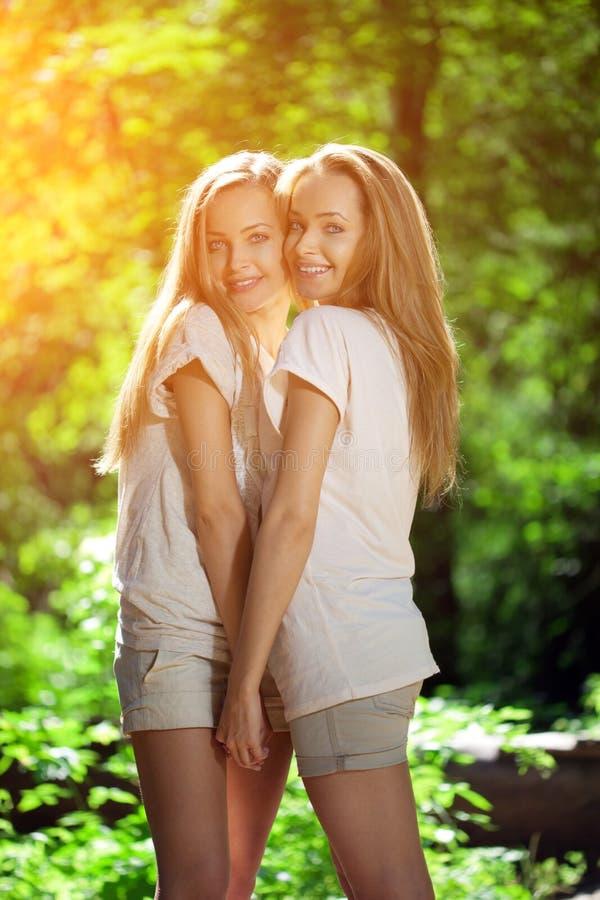 kopplar samman En grupp av unga härliga flickor Framsidanärbild för två kvinnor royaltyfri foto