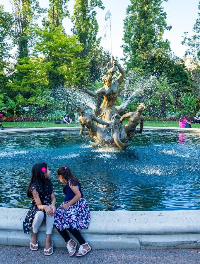 Kopplar samman sammanträde på en fontain, regenter parkerar royaltyfri fotografi