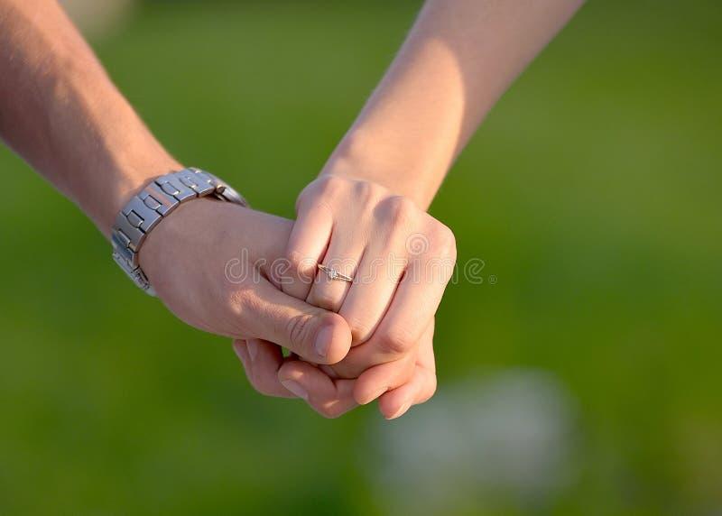 koppling Två händer som rymmer sig - materielfoto royaltyfri bild