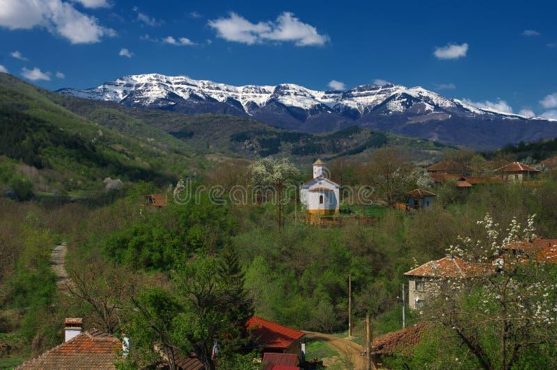 Kopren enarbola, Bulgaria - visión desde el pueblo de Glavinitsa imagen de archivo