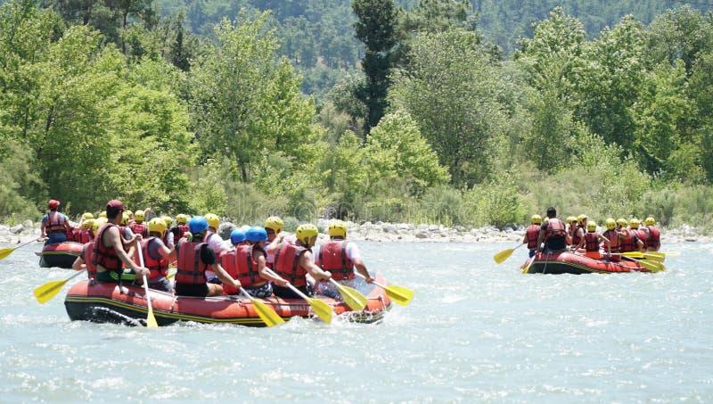 KOPRULU CANION - TURKIJE - JULI 2016: Water het rafting op de stroomversnelling van rivier Koprucay bij Koprulu-Canion, Turkije stock fotografie