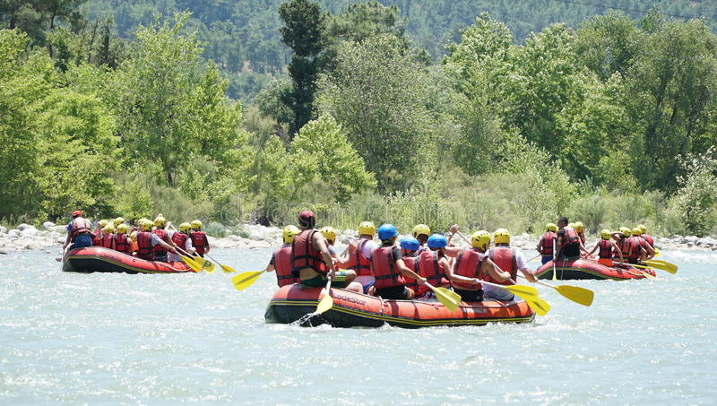 KOPRULU CANION - TURKIJE - JULI 2016: Water het rafting op de stroomversnelling van rivier Koprucay bij Koprulu-Canion, Turkije royalty-vrije stock foto