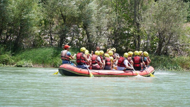 KOPRULU CANION - TURKIJE - JULI 2016: Water het rafting op de stroomversnelling van rivier Koprucay bij Koprulu-Canion, Turkije royalty-vrije stock fotografie