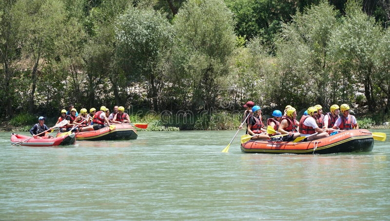 KOPRULU CANION - TURKIJE - JULI 2016: Water het rafting op de stroomversnelling van rivier Koprucay bij Koprulu-Canion, Turkije royalty-vrije stock afbeelding