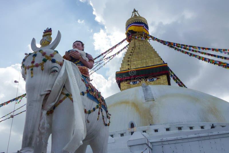 Kopuła Boudhanath stupa z statuami i modlitewnymi flaga, Kathmandu, Nepal fotografia royalty free