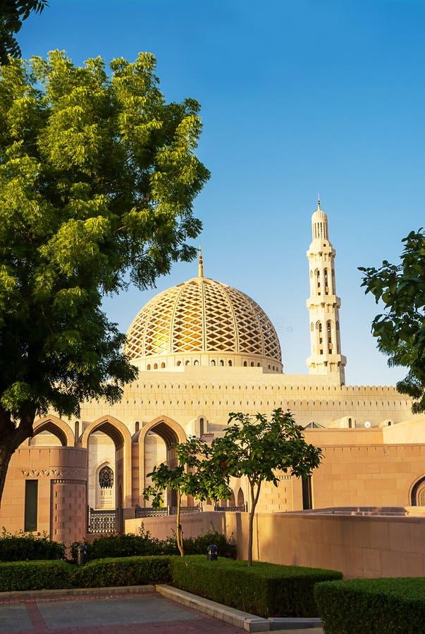 Kopuła i minaret sułtanu Qaboos Uroczysty meczet w Muszkatołowym Oman obrazy royalty free