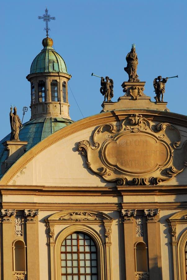 Kopuła i trzy statuy umieszczających na wierzchołku blisko Pavia w Lombardy katedra Vigevano (Włochy) zdjęcie stock