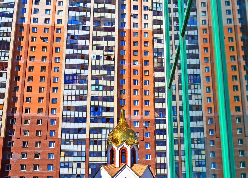 Kopuła mały kościół przeciw dużemu nowożytnemu budynkowi obraz royalty free