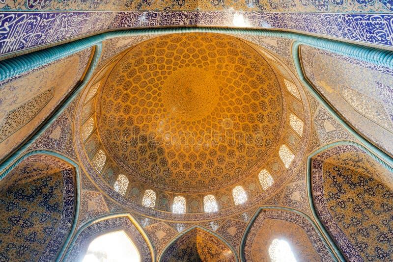 Kopuła wśrodku antycznego perskiego meczetu z tradycyjnym kafelkowym sufitem i łukami fotografia royalty free