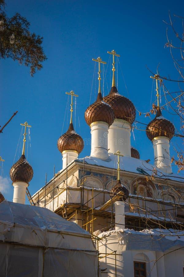 Kopuły kościół Kirillo Afanasyevsky monaster w Yaroslavl, Rosja fotografia royalty free