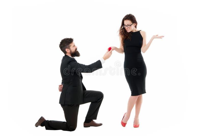 Kopyto_szewski romantyczny na ziemi Dlaczego robi mężczyźni dostają puszek na jeden kolanie proponować Propozycja ma??e?stwa poj? fotografia royalty free