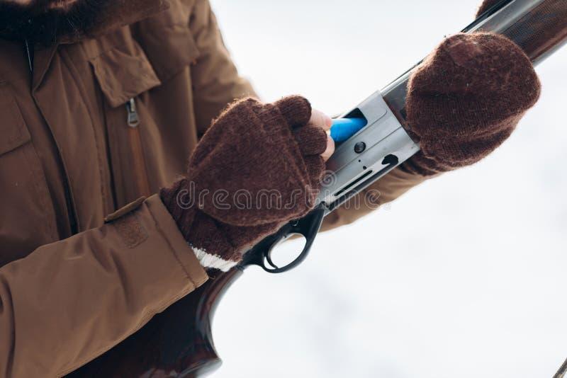 kopyto_szewski strzał mężczyzna jest ładunkami pistolet przed strzelać zdjęcia royalty free