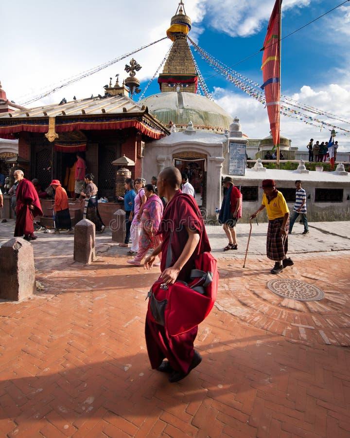 Kora runt om Boudhanath Stupa Nepal Kathmandu fotografering för bildbyråer