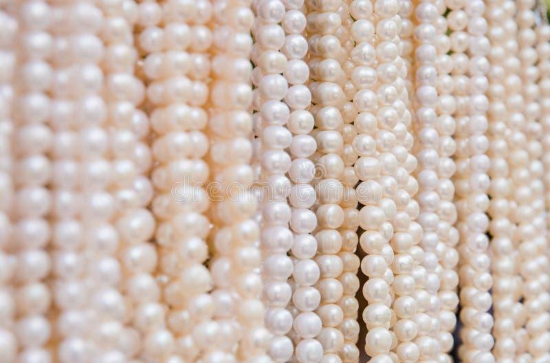Koraliki robić naturalne perły w Indonezyjskim rynku handmade zdjęcia stock