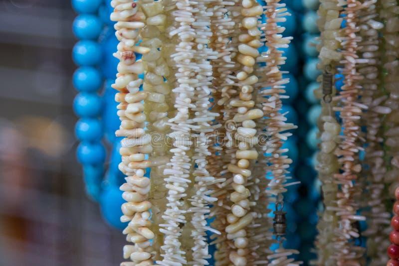 Korall pryder med pärlor närbild arkivbilder