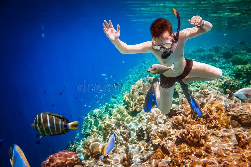 Korallenriff des Indischen Ozeans Snorkeler Malediven lizenzfreie stockfotos
