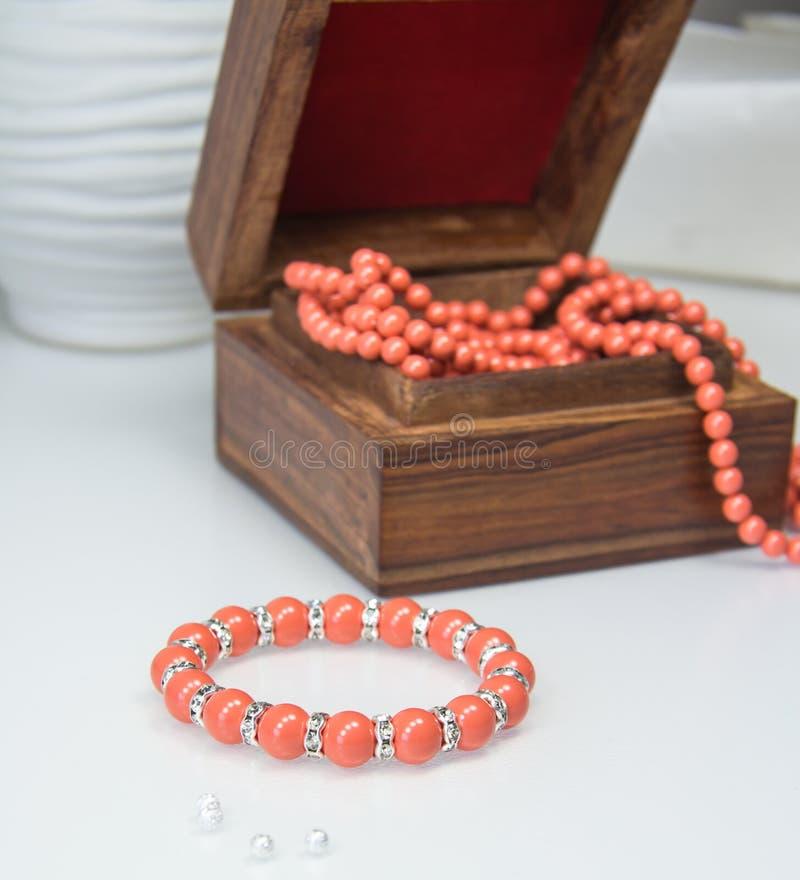 Korallenrotes perlenbesetztes Armband stockfoto