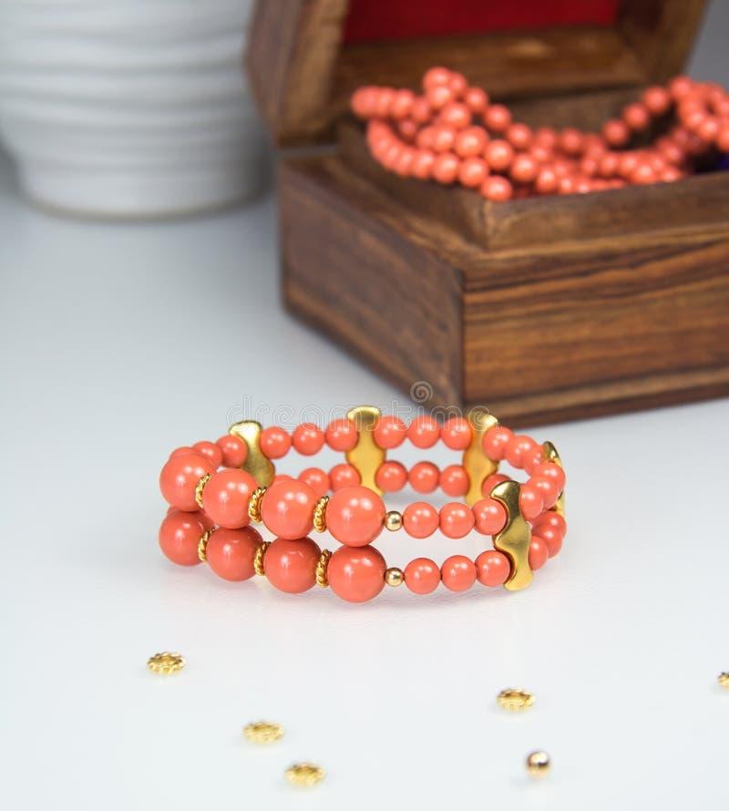 Korallenrotes perlenbesetztes Armband stockbild