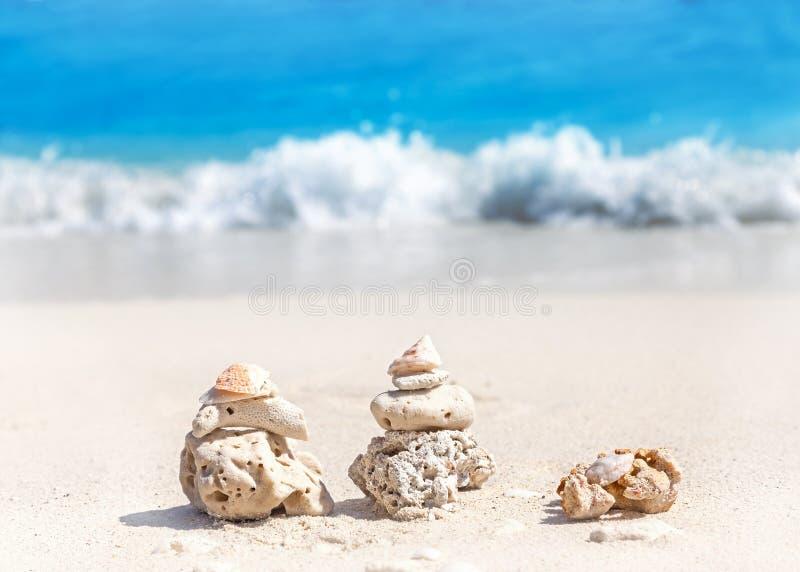 Korallpyramider på stranden, bakgrund för Zenbrunnsortbegrepp arkivfoto