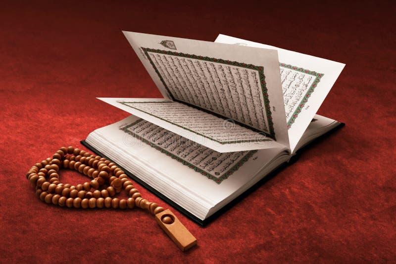 Koran święta księga na czerwonym chodniku zdjęcie royalty free
