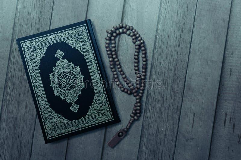 Koran święta księga na drewnianym tle fotografia royalty free