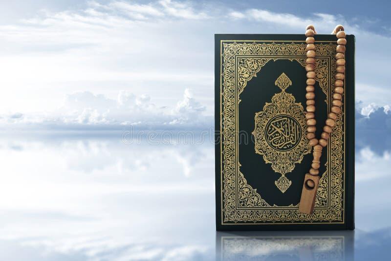 Koran święta księga na nieba tle fotografia royalty free