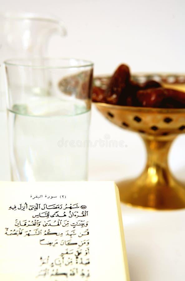 Koran con acqua e le date fotografia stock libera da diritti