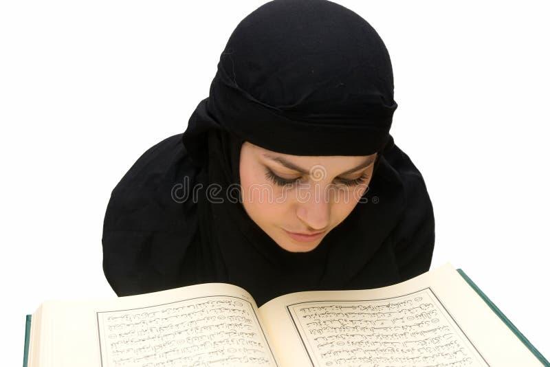 Koran da mulher do Islão imagem de stock
