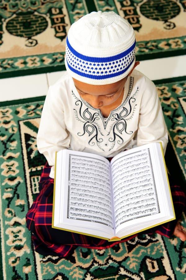 Koran de leitura muçulmano imagens de stock