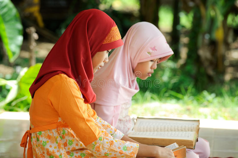 Koran de leitura muçulmano imagem de stock