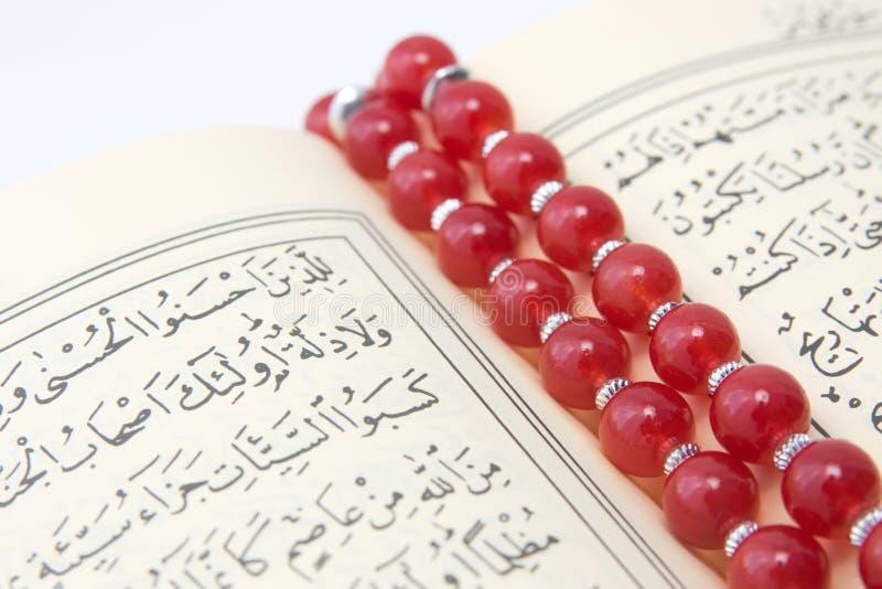 Koran e rosário imagens de stock