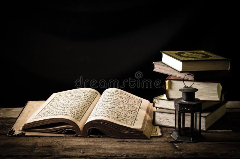 Koran - heilig boek van Moslims stock foto