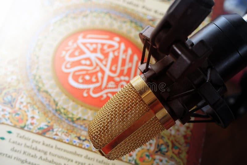Koran i mikrofon recytujemy Islamską świętą księgę zdjęcie royalty free