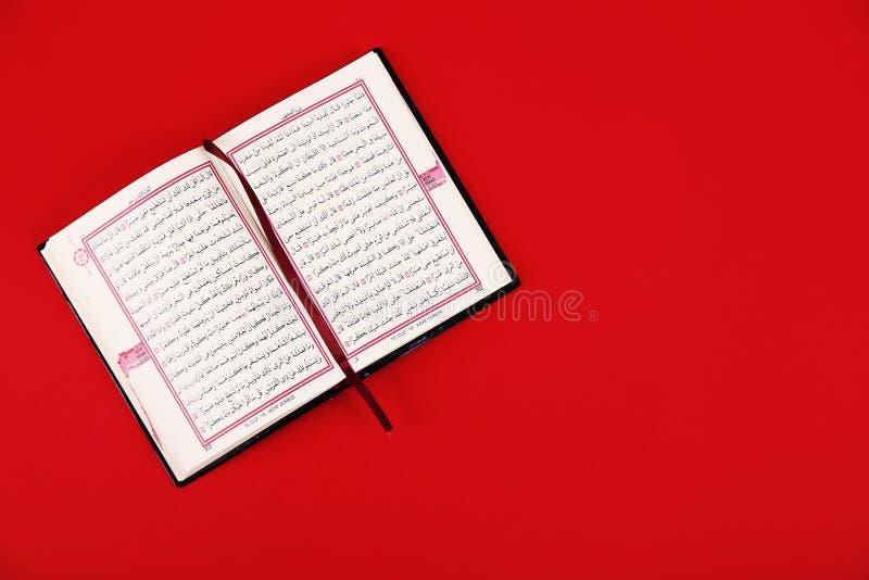 Koran i przestrzeń dla teksta na koloru tle, odgórny widok obrazy royalty free