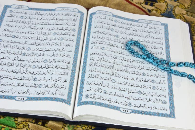 Koran, islam książka z różanem obrazy royalty free