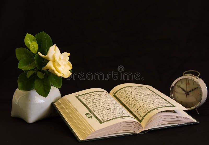 Koran - livro sagrado dos muçulmanos imagens de stock