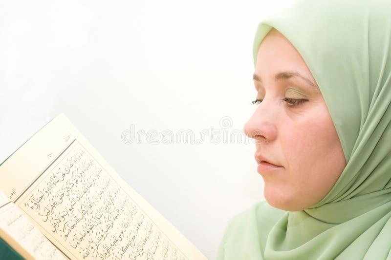 Koran muçulmano da mulher imagens de stock royalty free