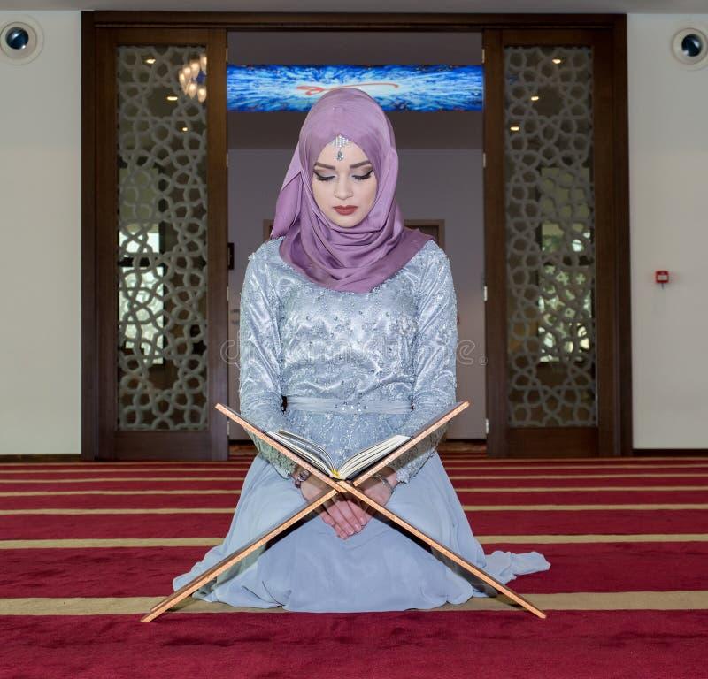 Koran muçulmano novo da leitura da menina foto de stock royalty free