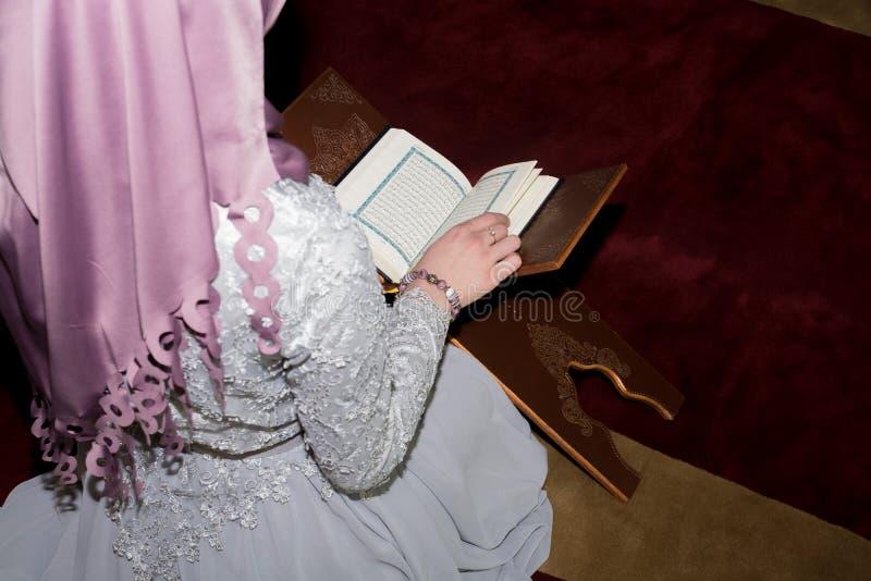 Koran muçulmano novo da leitura da menina fotos de stock