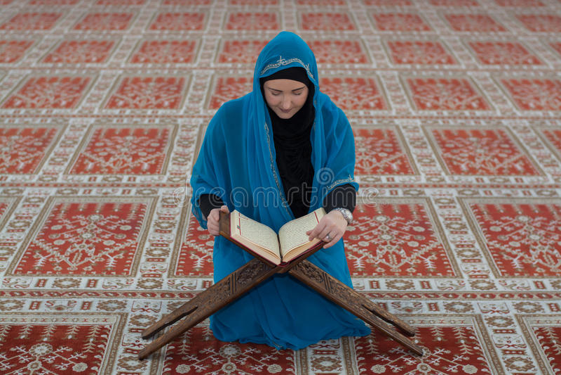 Koran muçulmano novo da leitura da menina imagem de stock royalty free