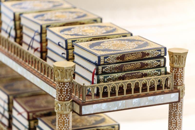 Koran na półce dla ono modli się wśrodku Sheikh Zayed Uroczystego meczetu z niebieskim niebem w ranku przy Abu Dhabi, UAE obraz stock