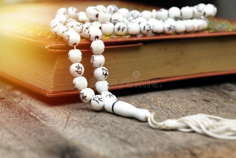 Koran, umieszcza na drewnianym stole, zdjęcia stock
