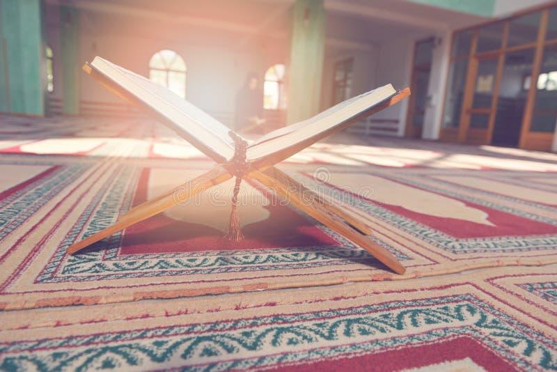 Koran w meczecie - otwiera dla modlitw zdjęcia royalty free