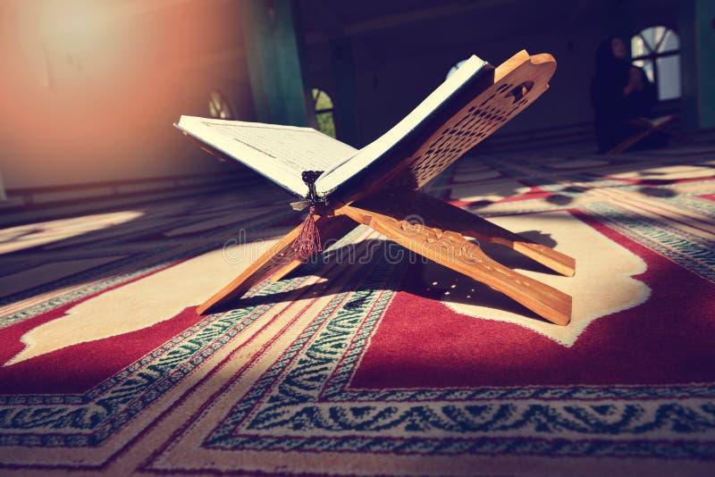 Koran w meczecie - otwiera dla modlitw fotografia stock