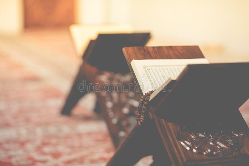 Koran w meczecie - otwiera dla modlitw obraz stock